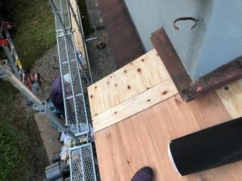 下屋根野地板設置の様子
