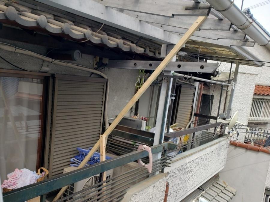 大阪市内の瓦屋根の住宅、ベランダ屋根の補強
