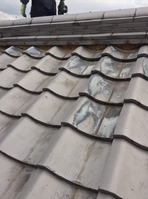 奈良市の和瓦屋根の漆喰が剥がれた大棟