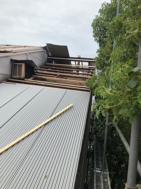 ガルバリウムへ葺き替え途中の屋根