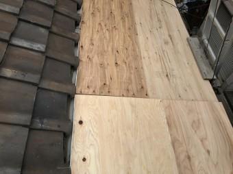 波板屋根にコンパネを使い養生