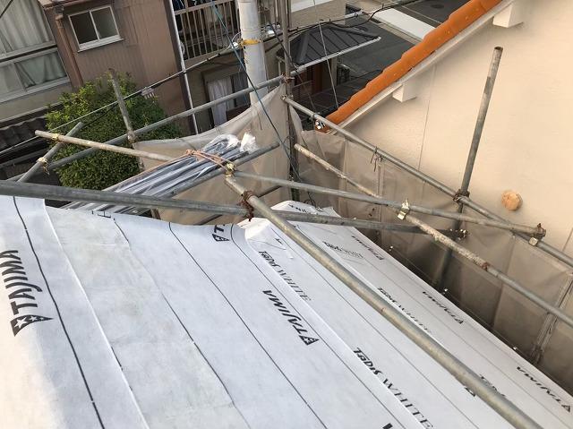 御所市の入母屋屋根の防水紙設置