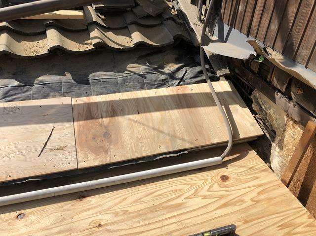 奈良市の下屋根の雨漏り補修作業として新しい野地板を設置