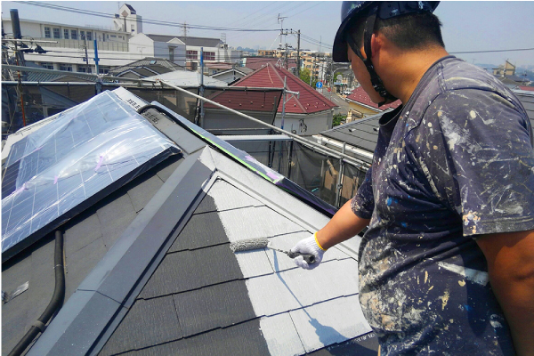屋根下塗りの様子
