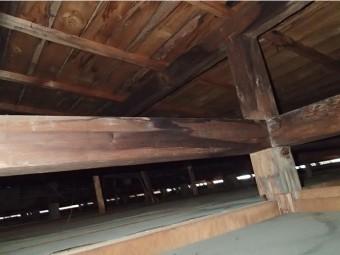 湿っている小屋根の木材